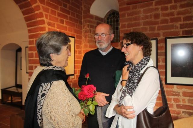 Waldtraut Henschel, Witwe des Malers und Grafikers Kurt Henschel, mit Gästen bei der Gesprächsrunde